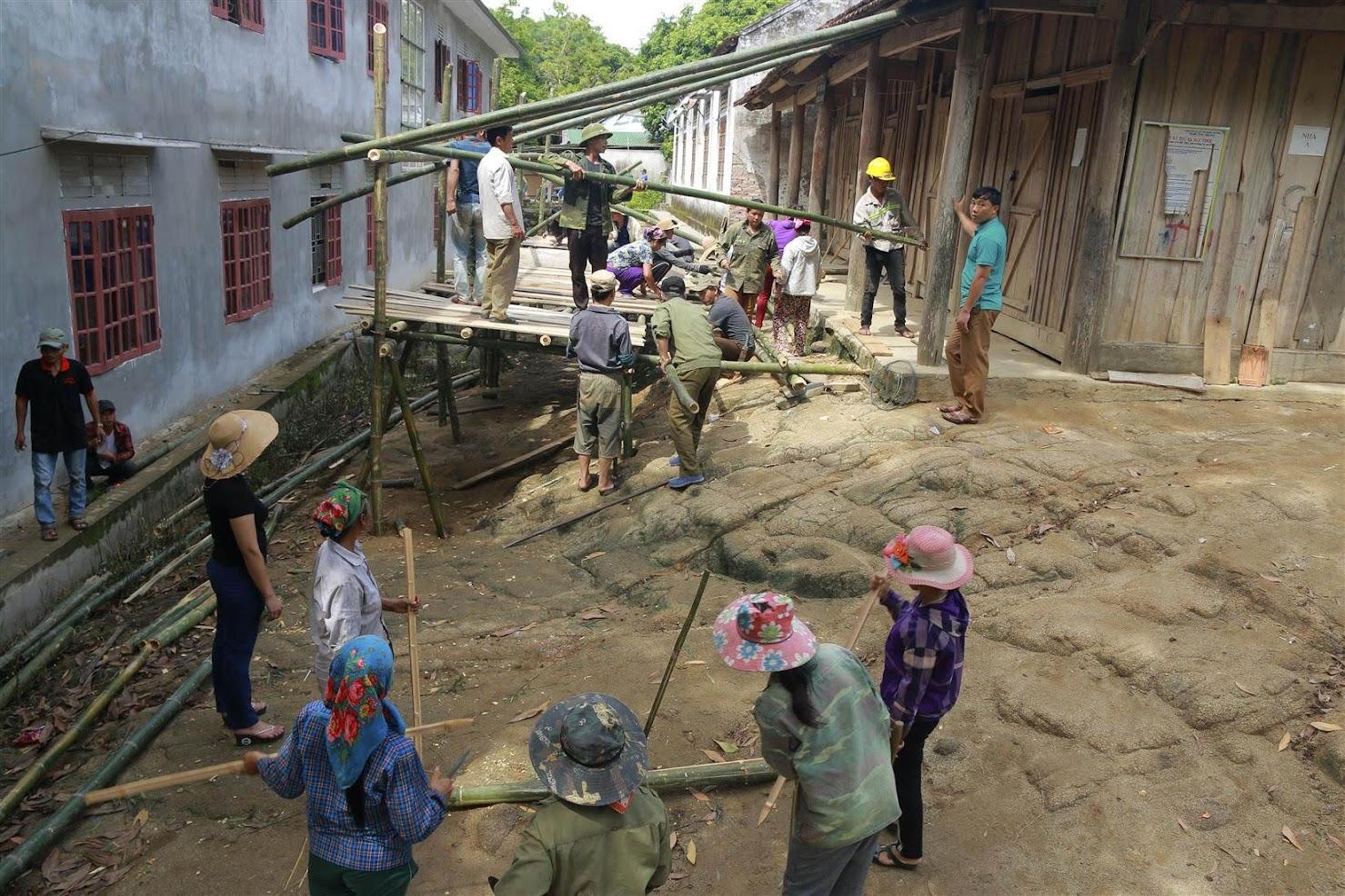Phụ huynh và giáo viên Trường PTDTBT THCS Lưu Kiền sửa chữa, cải tạo, nâng cấp nhà bán trú cho học sinh