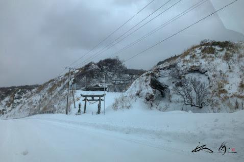 雪に埋もれる八幡神社?!