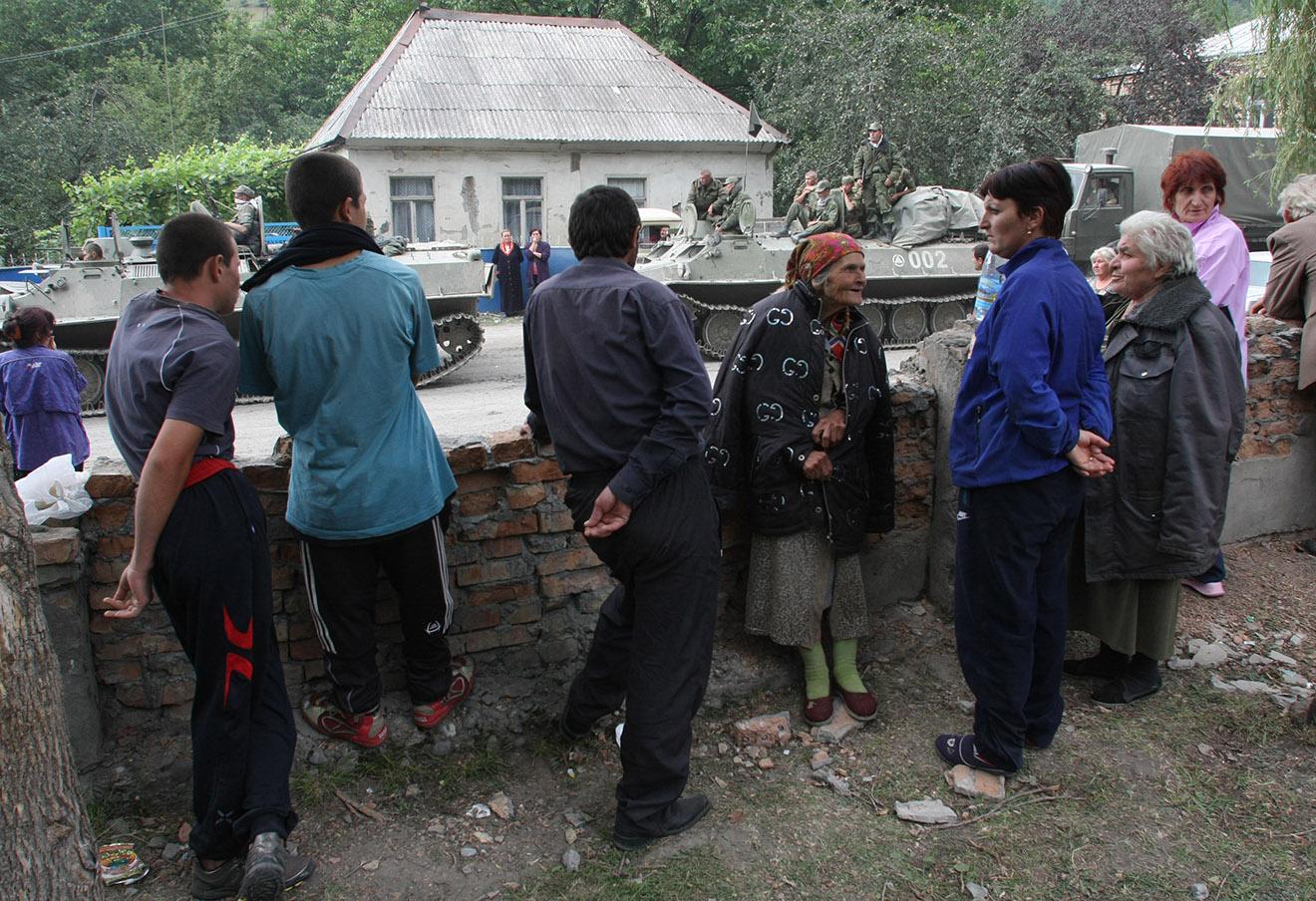 Жители Цхинвали на одной из улиц города, август 2008 года.