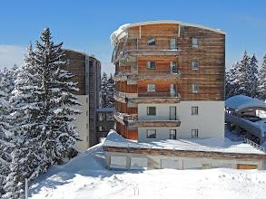 Photo: Une résidence entouréé de sapins centenaires enneigés