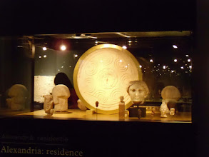 Photo: Showcase with moulds of a Macedonian shield and different types of helmets.......... Vitrine met de mal voor een Macedonisch schild en verschillende soorten helmen