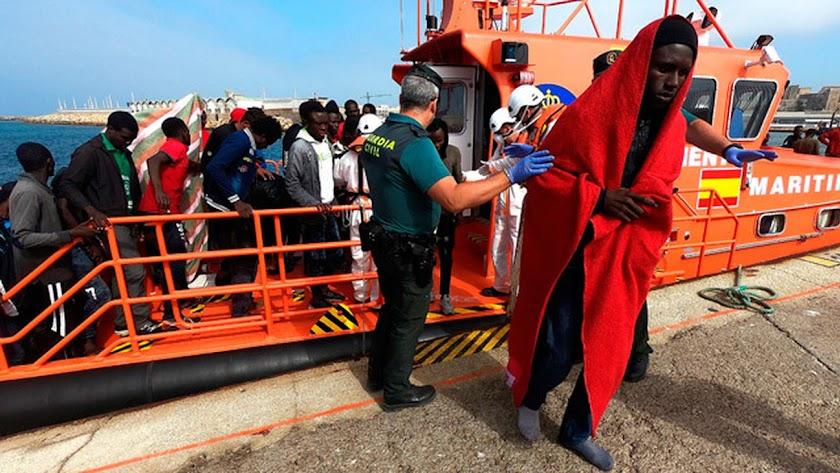 Llegada de una embarcación de Salvamento Marítimo tras rescatar varias pateras en las costas españolas.