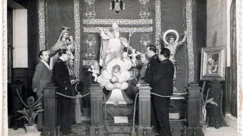Imágenes  religiosas, con San Indalecio en el centro, esculpidas por  Perceval (a la izquierda) en 1945. Foto de Jesús Ruz.