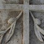 détail croix ornée de mameau d'olivier