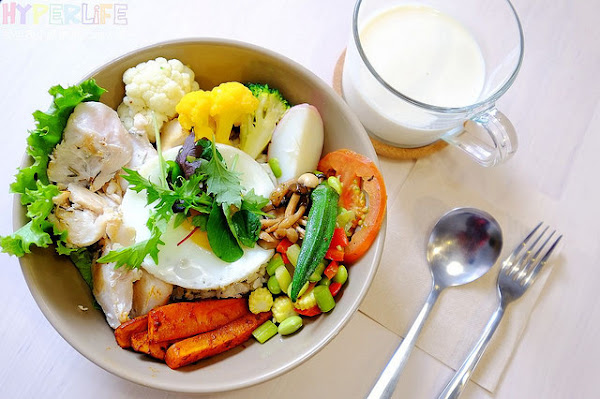 以一碗即一餐為概念的〈BOWL Fast Slow Food〉,美美北歐風環境好拍不說,連餐點都美味!少油料理兼具健康和營養的一碗吃起來飽足又無負擔~
