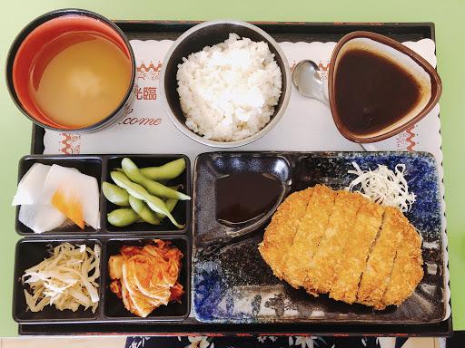小菜、飯&飲料都可以無限續,想吃多少就吃多少!現炸的豬排很好吃😋今天的飯後甜點是紅豆湯。整體來說很不錯喔