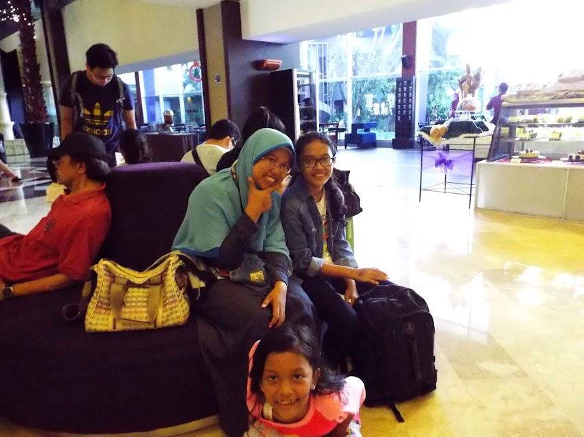 Bersama kedua putri, sesaat sebelum check-in di salah satu hotel yang kami booking online