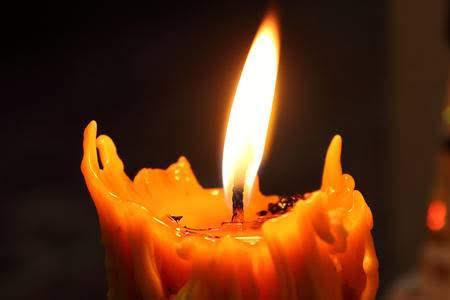 luz titilante en el pabilo de la vela