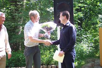 Photo: Poul Lorentzen ser til mens Jørgen Bak takker Nicolai Wammen