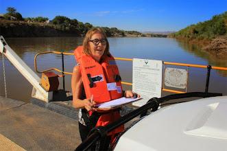 Photo: Bij de oversteek van de Oranjerivier op de grens van Namibië en Zuidafrika is men bezorgd, daarom het reddingsvest