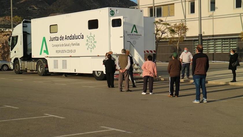 El camión-covid en uno de los cribados masivos realizados en la provincia de Almería.