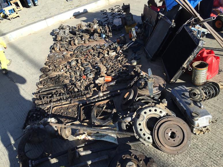 エル・アルトの泥棒市場で売られている車の部品
