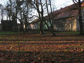 Photo: Zabudowania gospodarcze i folwarczne przy parku pałacowym w Skorogoszczy.