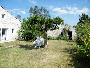 Photo: Le jardin du gîte, au fond la maisonnette du four à pain.