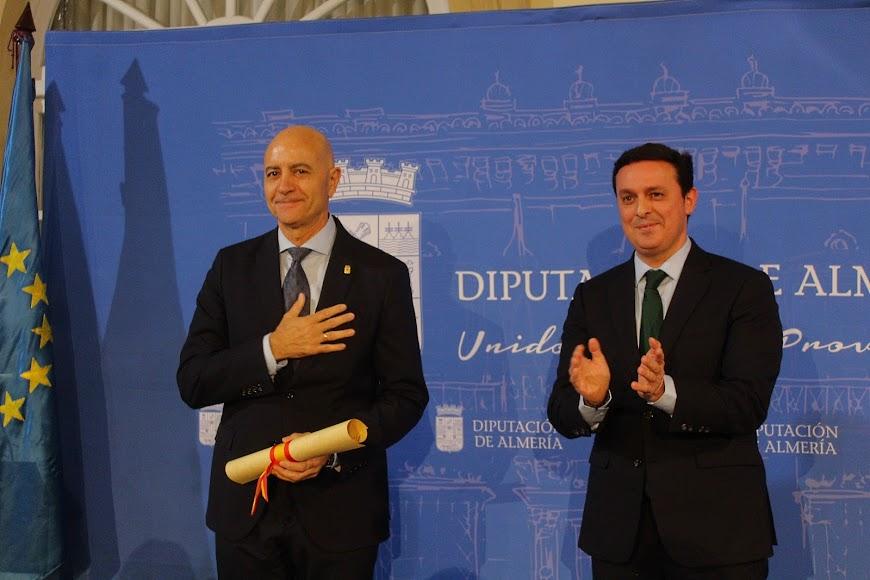 Diego Martínez Cano recibe el Escudo de Oro de la Provincia de manos del presidente de la Diputación, Javier Aureliano García.
