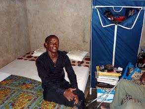 Photo: cette penderie, et ce lit qui permet à notre Victorin, handicapé polio, de passer de meilleures nuits.