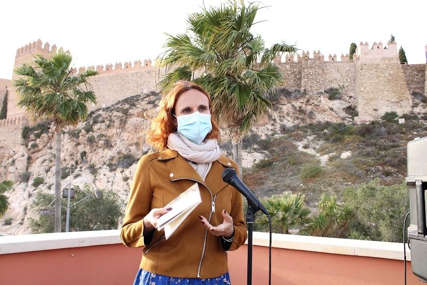 Rocío Juárez leyendo su relato.