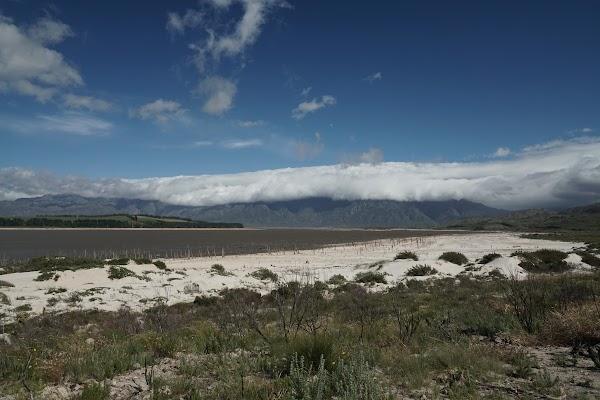 Wolken über dem Franschhoek Pass jenseits des Theewater Stausees