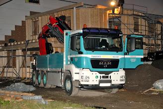 Photo: 07-11-2012 ©ervanofoto  De laatste zware stukken aan de linkerkant van het gebouw zijn door middel van deze vrachtwagen-kraan op zijn plaats gehesen. De kraan wordt nu weer ingevouwen om ze te kunnen verplaatsen.
