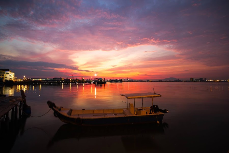 晨曦偶尔出现在宁静的海面。。。 by Winnie Chan - Uncategorized All Uncategorized