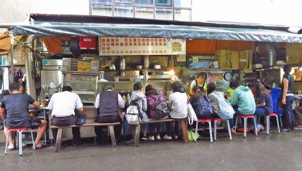 以馬內利鮮魚湯-下雨天也人潮滿滿的鮮魚湯店