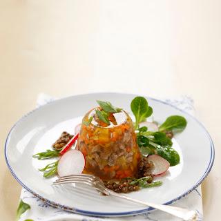 Herzhaftes Tafelspitzsülzchen auf pikantem Jungzwiebel-Linsensalat