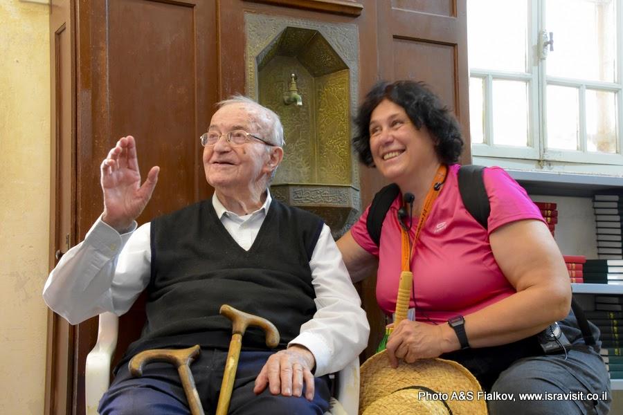 Гид в Израиле Светлана Фиалкова с старейшим монахом селизианцем в монастыре Бейт Джамаль.