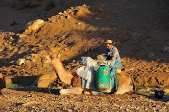 Photo: Les habitants berbères viennent avec leurs chameaux faire le plein d'eau douce dans l'oued qui traverse le village. Personnellement, sachant l'absence de traitement des eaux usées en amont, je m'abstiendrais. Mais il faut croire que l'ébouillantement systématique de l'eau, consommée en thé à la menthe, suffit à l'assainir correctement.