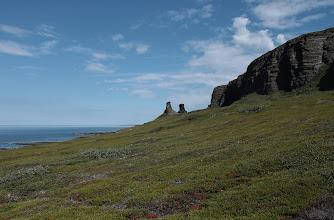 Photo: Два каменных сейда-останца, расположенные прямо на берегу моря чуть в стороне от береговой террасы в губе «Земляная» полуострова Рыбачий. Тридцатиметровые каменные изваяния, напоминающие готовящихся к взлету птиц. С ними связано множество легенд и преданий.  Саамы считали, что «Два Брата» — это могучие исполины нойды (колдуны) Киипери-Укко и Киипери-Акка, которые 10 тысяч лет тому назад властвовали в этих краях. Они стоят тут в наказание за причиненное ими зло. По саамским верованиям, каменные сейды — это воплощение божеств и духов. Саамы старались их задобрить: приносили жертвы — мясо, сало, кровь оленей или другие угощения. От сейдов необходимо отличать гурии — столбы из камней, поставленные на морских побережьях. Это — навигационные знаки. Любопытно, что саамы, издревле живущие в этих краях, не считают сейдов частью своей культуры. В последнее время даже появилась полуфантастическая версия о принадлежности сейдов к культуре таинственной расы гипербореев.