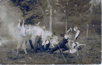 "Photo: Inscenizowana ""bójka"", w tle Józef Berezowski (siedzi na 2 planie). Worochta? b.d.   Theatrical fight, among others Jozef Berezowski (sitting)."