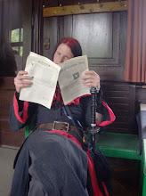 Photo: Pheras hat sich in eine solanische Zeitung vertieft.