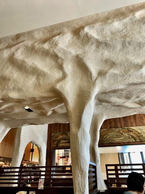 店内の岩のような天井