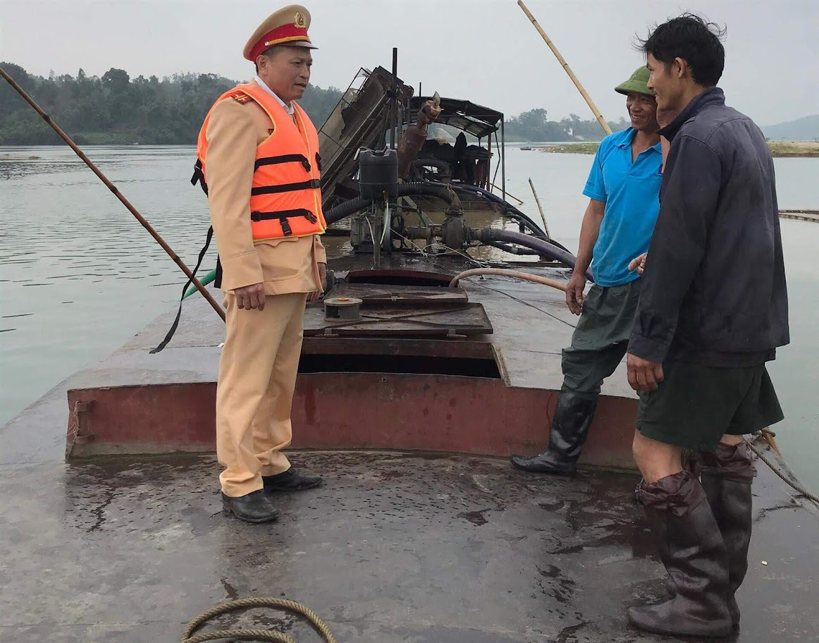 Cảnh sát Đường thủy tiến hành kiểm tra trường hợp khai thác cát trái phép trên sông Lam