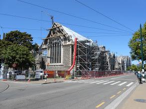 Photo: Estragos del terremoto. Véase la torre al lado del edificio