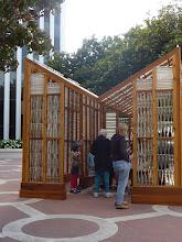 Photo: une oeuvre d'art moderne devant la mairie