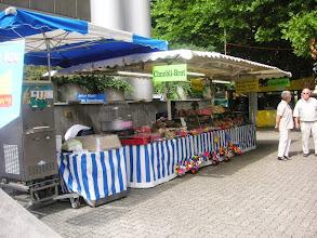 Photo: Verpflegungsstand im Freien mit gutem Chnobli-Brot