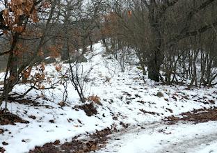 Photo: Szemben a sziklák mellett vezet az Asztal-kőre vezető jelzetlen ösvény a lefutó gerincen.