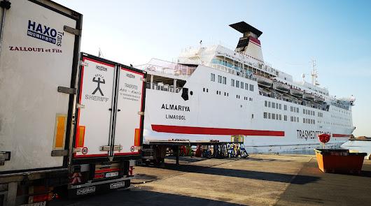 Operación de carga de mercancías en el puerto de Almería