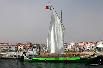 Photo: Navegar por la ría de Aveiro fue fantástico... estos barcos se llaman Moliceiros y en otros tiempos recogían algas para fertilizar los campos... Aveiro, Portugal.