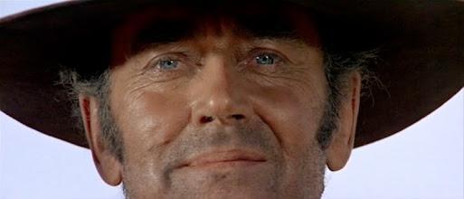 """Photo: O típico """"plano do leone"""" que Quentin Tarantino constuma pedir a seus diretores de fotografia: o personagem (no caso, Henry Fonda em """"Era uma vez no Oeste"""") fica com o queixo e parte da cabeça cortada pelo enquadramento."""