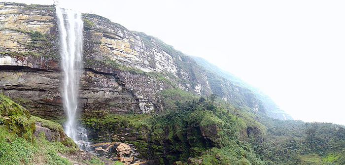 La primera de dos etapas en la caída de la Catarata Gocta