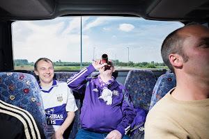 drinkende passagiers op de achterbank