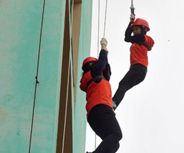 Chọn thang dây thoát hiểm hay dây thoát hiểm cho người sợ độ cao?