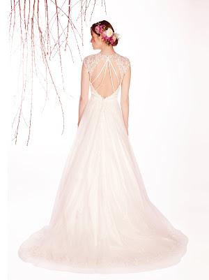 Robe de mariée Eliane au joli dos nu bien échancré, avec des appliques de dentelle feuillage, originale et romantique
