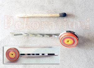 Photo: Clamă multicoloră quilling 1 Cabochon : tehnica quilling, lacuit realizat de Maia Martin Clamă: Bază nichelată clama - cabochon, diametru 13 mm Preţ: 10 lei Nu mai este in stoc