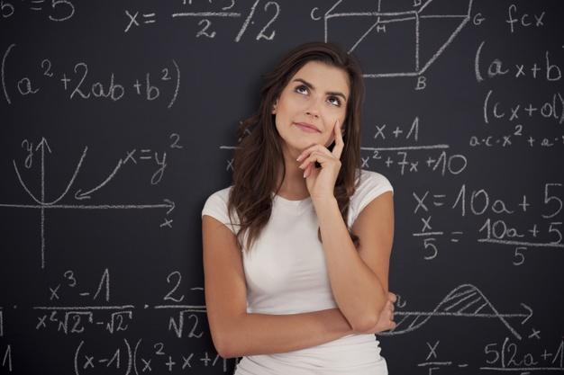 Aluna pensando sobre problema de matemática Foto gratuita