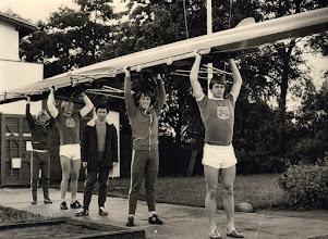 Photo: 1977 Odense Roklubs junior-firer. Jan Nielsen, Tom Gregersen, Søren Hansson og Bjarne Eltange. Træner Flemming Bøg Jørgensen. Foto Fyens Stifstidende.