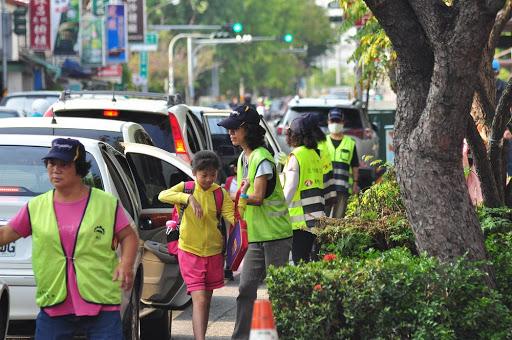 導護志工叔叔阿姨每天保護小朋友安全快速下車上學