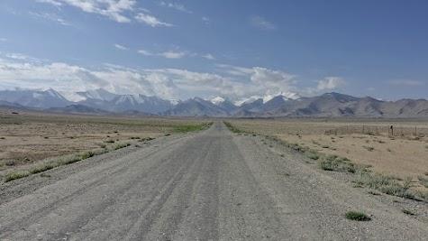 Kilometer lange Gerade nördlich von Karakul.