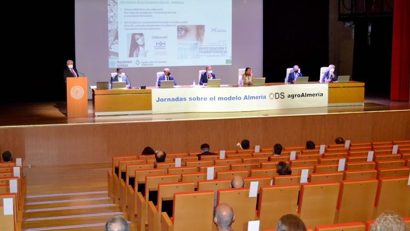Sesión inaugural de las Jornadas de la ONU en el Paraninfo de la Universidad de Almería.